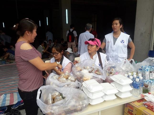 Hàng chục người mang thức ăn, nước uống cho nạn nhân vụ cháy ảnh 3