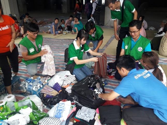 Hàng chục người mang thức ăn, nước uống cho nạn nhân vụ cháy ảnh 1