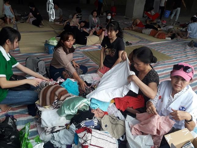 Hàng chục người mang thức ăn, nước uống cho nạn nhân vụ cháy ảnh 2