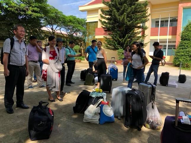 Hàng nghìn giảng viên Sài Gòn háo hức đi tỉnh coi thi THPT Quốc gia ảnh 5