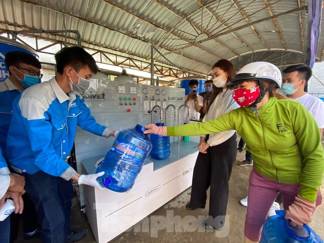 Trao tặng 13 hệ thống lọc nước nhiễm mặn cho Đồng bằng sông Cửu Long ảnh 9