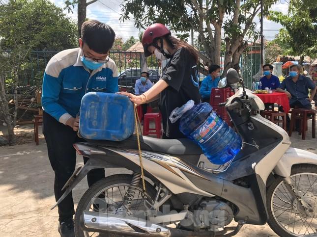Trao tặng 13 hệ thống lọc nước nhiễm mặn cho Đồng bằng sông Cửu Long ảnh 4