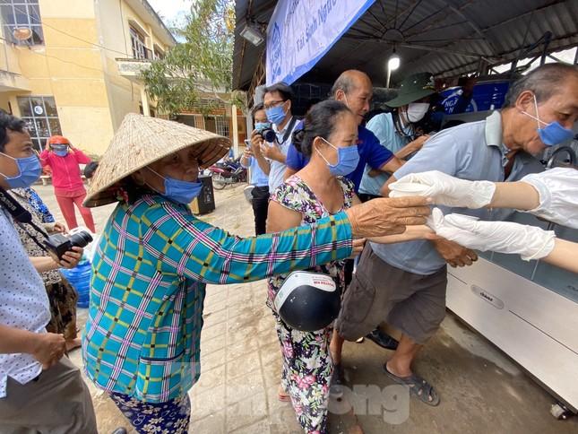 Trao tặng 13 hệ thống lọc nước nhiễm mặn cho Đồng bằng sông Cửu Long ảnh 6