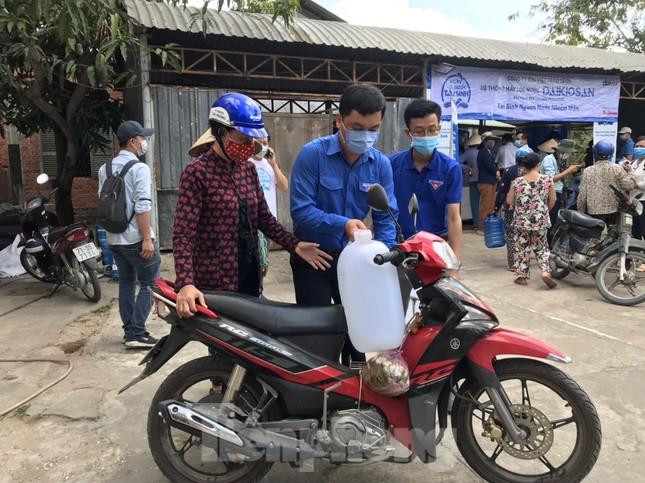 Trao tặng 13 hệ thống lọc nước nhiễm mặn cho Đồng bằng sông Cửu Long ảnh 2
