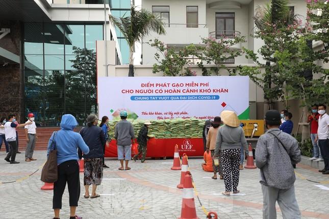 Trường ĐH ở TPHCM đặt 'ATM gạo' phát 13 tấn gạo cho người nghèo ảnh 2