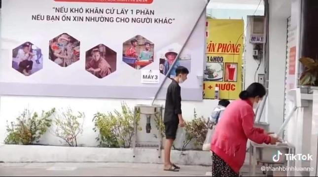 Cha đẻ 'ATM gạo' xin lỗi vì nhân viên phân biệt người đến nhận gạo ảnh 1