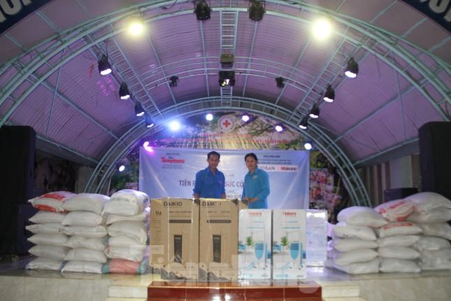 'Tiền Phong tiếp sức cộng đồng' đến với Trung tâm nhân đạo Quê Hương ảnh 1