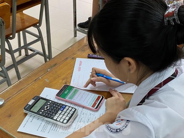 Hàng ngàn học sinh TPHCM thi giữa kỳ trên điện thoại ảnh 1