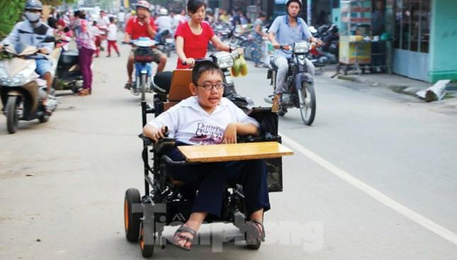 Tấm bằng đại học loại giỏi đổi bằng nước mắt của cha con nam sinh bại liệt ảnh 1