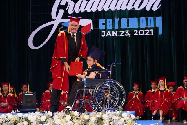 Tấm bằng đại học loại giỏi đổi bằng nước mắt của cha con nam sinh bại liệt ảnh 3