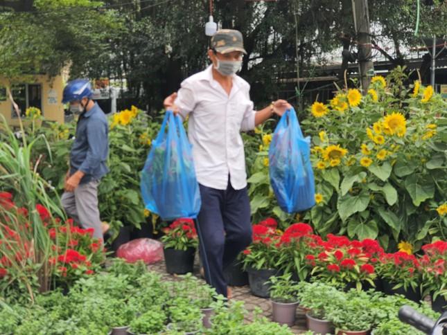 TPHCM: Chợ hoa Hồ Thị Kỷ 'xả hàng' kéo khách ảnh 14