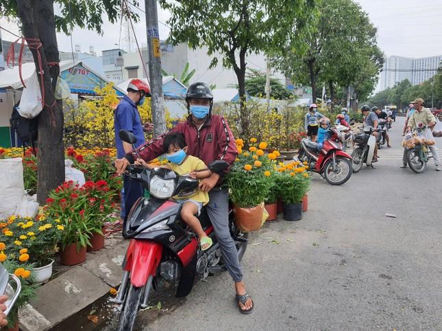 TPHCM: Chợ hoa Hồ Thị Kỷ 'xả hàng' kéo khách ảnh 17