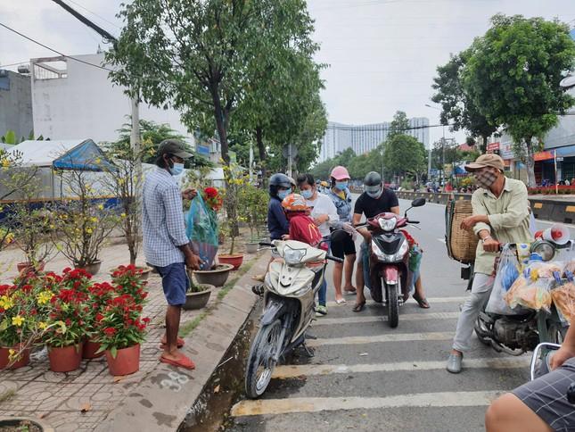 TPHCM: Chợ hoa Hồ Thị Kỷ 'xả hàng' kéo khách ảnh 18