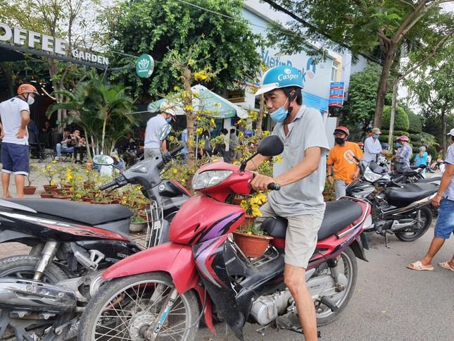 TPHCM: Chợ hoa Hồ Thị Kỷ 'xả hàng' kéo khách ảnh 20