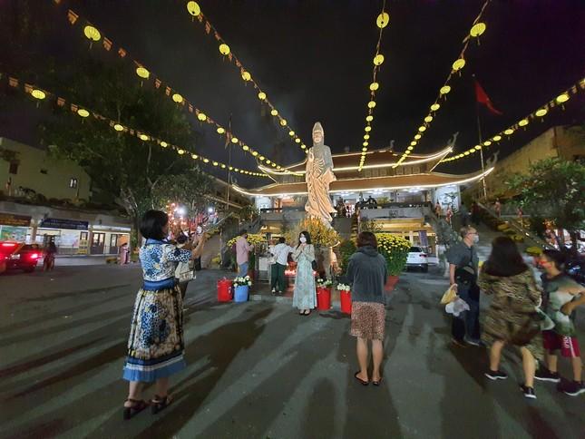 Sài Gòn nhộn nhịp trưa Mùng 1 Tết, dân đeo khẩu trang kín mít đi lễ chùa đầu năm ảnh 22