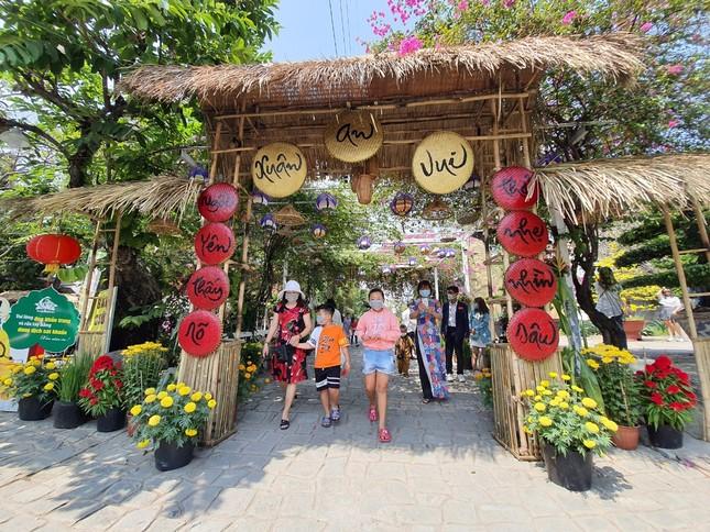 Sài Gòn nhộn nhịp trưa Mùng 1 Tết, dân đeo khẩu trang kín mít đi lễ chùa đầu năm ảnh 16