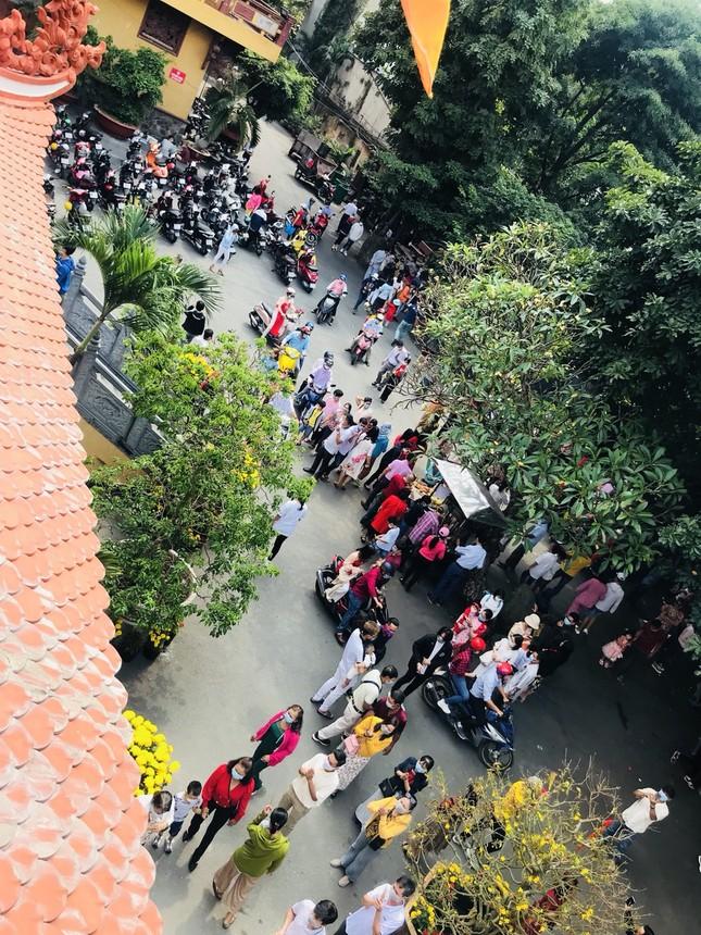 Sài Gòn nhộn nhịp trưa Mùng 1 Tết, dân đeo khẩu trang kín mít đi lễ chùa đầu năm ảnh 19