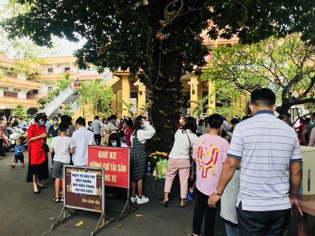 Sài Gòn nhộn nhịp trưa Mùng 1 Tết, dân đeo khẩu trang kín mít đi lễ chùa đầu năm ảnh 20
