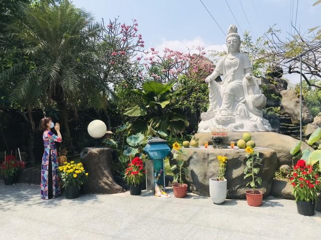 Sài Gòn nhộn nhịp trưa Mùng 1 Tết, dân đeo khẩu trang kín mít đi lễ chùa đầu năm ảnh 17