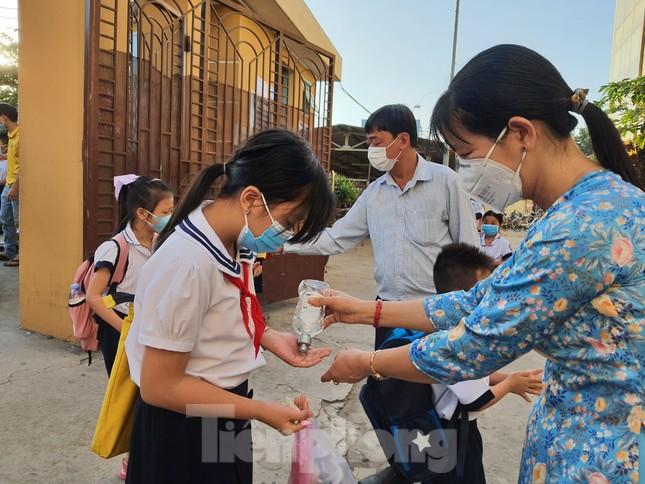 Gần 1,7 triệu học sinh TPHCM chính thức quay lại trường học ảnh 1