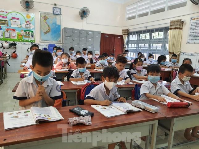 Gần 1,7 triệu học sinh TPHCM chính thức quay lại trường học ảnh 7