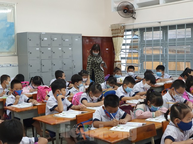 Gần 1,7 triệu học sinh TPHCM chính thức quay lại trường học ảnh 8