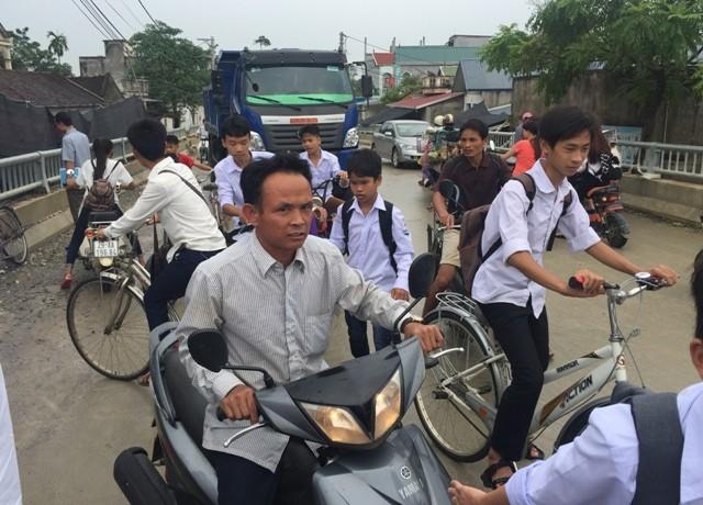 Bê tông lót xốp ở cầu vượt sông ở Hà Nội ảnh 8