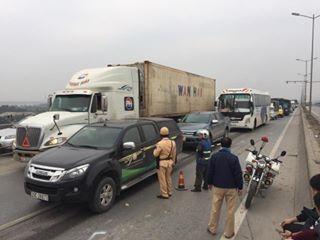 7 ô tô đâm liên hoàn trên cầu Thanh Trì, xe taxi bẹp rúm ảnh 1