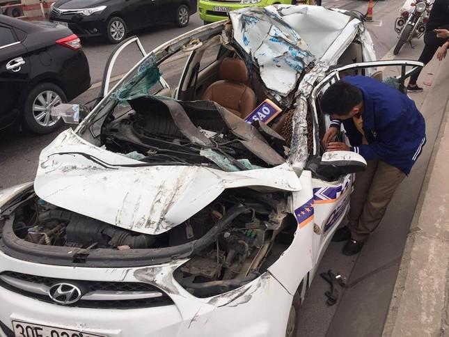 7 ô tô đâm liên hoàn trên cầu Thanh Trì, xe taxi bẹp rúm ảnh 2
