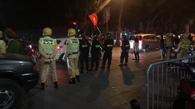 Cảnh sát trắng đêm chống đua xe sau trận thắng của U23 Việt Nam ảnh 2