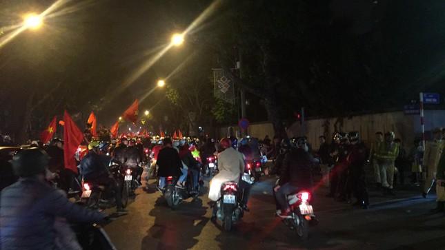 Cảnh sát trắng đêm chống đua xe sau trận thắng của U23 Việt Nam ảnh 1