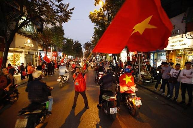 500 CSCĐ Hà Nội 'xuyên đêm' sau chiến thắng U23 Việt Nam ảnh 1