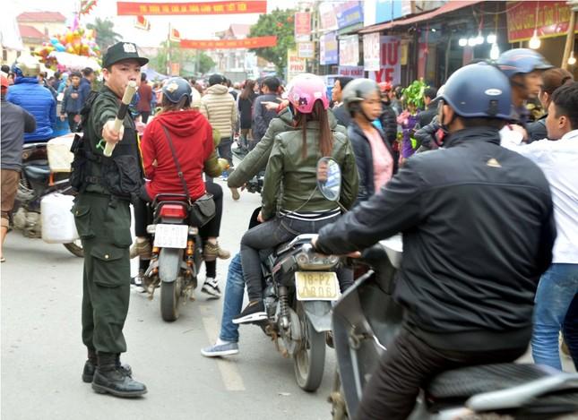 Chen chân 'mua may bán rủi' ở chợ Viềng trước giờ khai hội ảnh 9