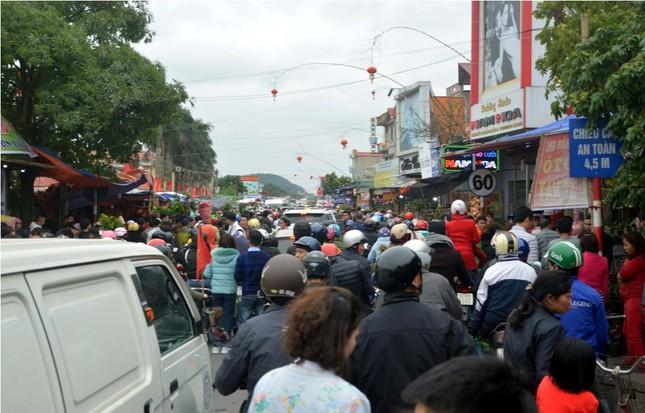 Chen chân 'mua may bán rủi' ở chợ Viềng trước giờ khai hội ảnh 2