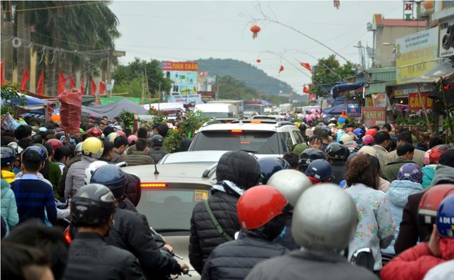 Chen chân 'mua may bán rủi' ở chợ Viềng trước giờ khai hội ảnh 3