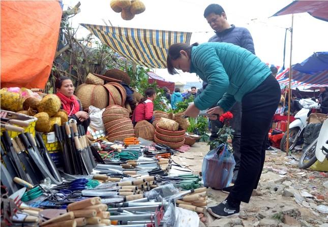 Chen chân 'mua may bán rủi' ở chợ Viềng trước giờ khai hội ảnh 5