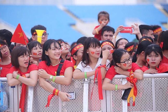 Olympic VN tới Mỹ Đình, hàng nghìn cổ động viên háo hức đợi giao lưu ảnh 11