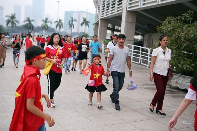 Olympic VN tới Mỹ Đình, hàng nghìn cổ động viên háo hức đợi giao lưu ảnh 7