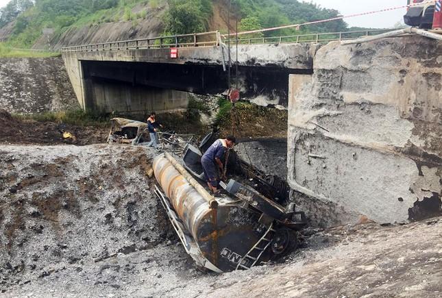 Gia cố cầu hư hỏng sau vụ cháy xe bồn trên cao tốc Nội Bài - Lào Cai ảnh 1