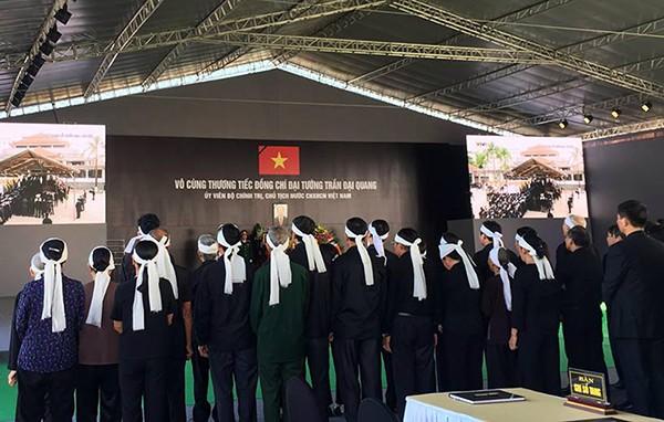 Người dân quê nhà viếng Chủ tịch nước Trần Đại Quang ảnh 6