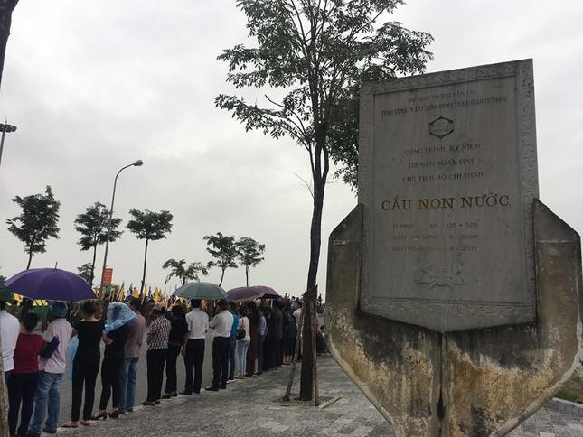 Người dân Ninh Bình ôm di ảnh Chủ tịch nước đón linh cữu ảnh 9
