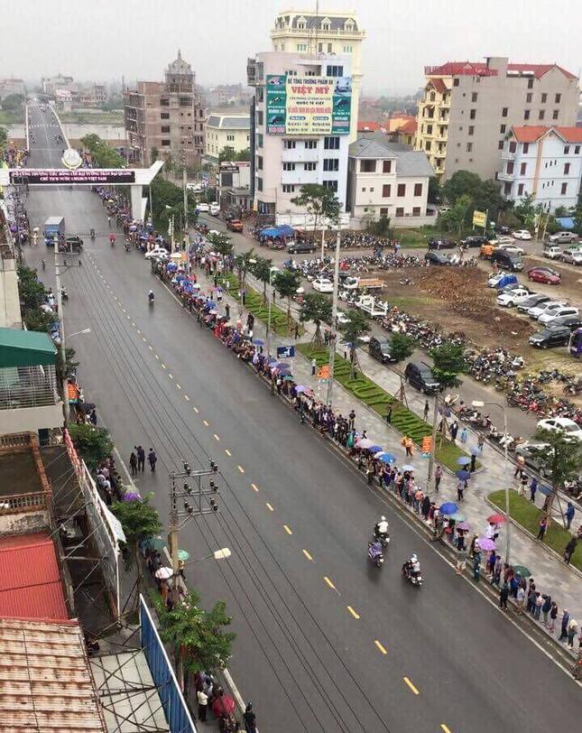 Người dân Ninh Bình ôm di ảnh Chủ tịch nước đón linh cữu ảnh 10