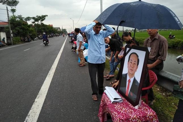Người dân Ninh Bình ôm di ảnh Chủ tịch nước đón linh cữu ảnh 11