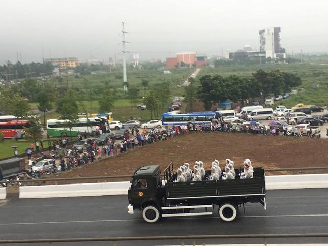 Người dân Ninh Bình ôm di ảnh Chủ tịch nước đón linh cữu ảnh 15