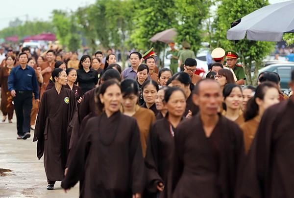 Người dân Ninh Bình ôm di ảnh Chủ tịch nước đón linh cữu ảnh 1