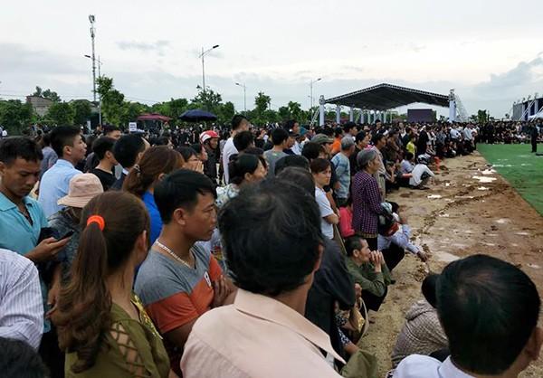 Người dân Ninh Bình ôm di ảnh Chủ tịch nước đón linh cữu ảnh 2