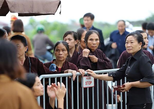 Người dân Ninh Bình ôm di ảnh Chủ tịch nước đón linh cữu ảnh 3