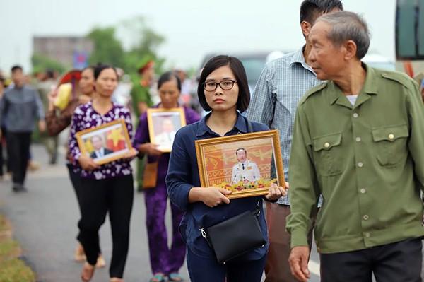 Người dân Ninh Bình ôm di ảnh Chủ tịch nước đón linh cữu ảnh 4
