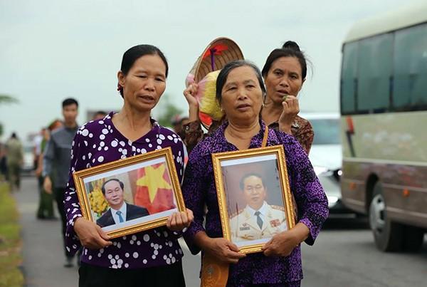 Người dân Ninh Bình ôm di ảnh Chủ tịch nước đón linh cữu ảnh 5