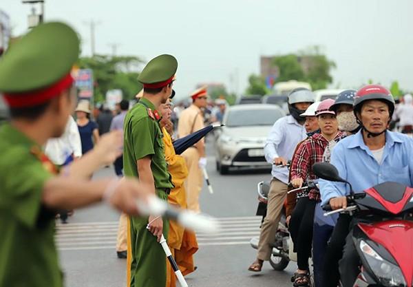 Người dân Ninh Bình ôm di ảnh Chủ tịch nước đón linh cữu ảnh 6